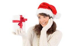 Muchacha bonita de santa que sostiene el regalo Imagen de archivo libre de regalías