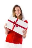 Muchacha bonita de santa que sostiene el regalo Foto de archivo