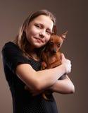 Muchacha bonita del adolescente con el pequeño perrito Imagen de archivo
