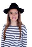 Muchacha bonita del adolescente con el sombrero negro que presenta en el estudio Imagenes de archivo