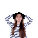 Muchacha bonita del adolescente con el sombrero negro que presenta en el estudio Fotos de archivo libres de regalías