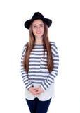 Muchacha bonita del adolescente con el sombrero negro que presenta en el estudio Foto de archivo