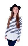 Muchacha bonita del adolescente con el sombrero negro que presenta en el estudio Fotografía de archivo libre de regalías