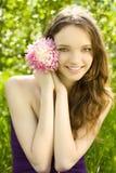Muchacha bonita del adolescente con la flor en jardín Foto de archivo