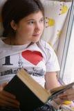 Muchacha bonita del adolescente con la lectura del libro Fotos de archivo