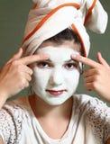 Muchacha bonita del adolescente con la máscara azul de la pista Fotos de archivo libres de regalías