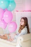 Muchacha bonita del adolescente con muchos globos azules y rosados Fotos de archivo libres de regalías