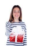 Muchacha bonita del adolescente con un presente rojo Foto de archivo libre de regalías