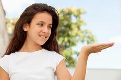 Muchacha bonita del adolescente que mira su mano Imagen de archivo libre de regalías