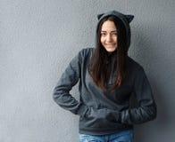 Muchacha bonita del adolescente que sonríe en sudadera con capucha Fotografía de archivo