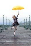 Muchacha bonita del afroamericano con el paraguas Fotografía de archivo