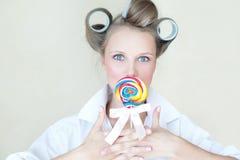 Muchacha bonita del contacto-para arriba con un caramelo colorido imagen de archivo libre de regalías