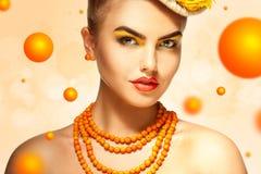Muchacha bonita del encanto con los accesorios hermosos del maquillaje y del serbal Fotos de archivo