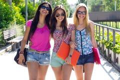 Muchacha bonita del estudiante con algunos amigos después de la escuela Fotos de archivo
