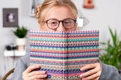 Muchacha bonita del estudiante con los libros que estudia en casa Imagen de archivo libre de regalías