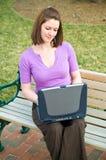 Muchacha bonita del estudiante con tecnología de la computadora portátil del Internet imagen de archivo libre de regalías
