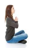 Muchacha bonita del estudiante que medita en actitud del loto Fotografía de archivo