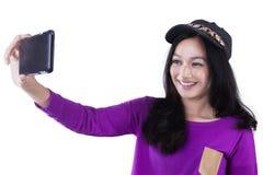 Muchacha bonita del inconformista que toma la foto del selfie Foto de archivo