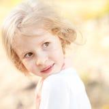 Muchacha bonita del muchacho que presenta al aire libre Fotografía de archivo libre de regalías