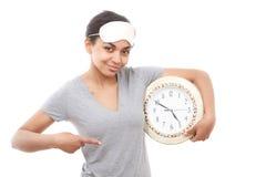 Muchacha bonita del mulato que presenta con el reloj Fotografía de archivo libre de regalías
