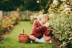 Muchacha bonita del niño que juega afuera en jardín de flores Fotografía de archivo libre de regalías