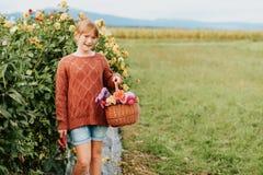 Muchacha bonita del niño que juega afuera en jardín de flores Imagen de archivo