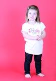 Muchacha bonita del niño que lleva a cabo sus manos Foto de archivo libre de regalías