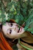 Muchacha bonita del redhead cerca del árbol imágenes de archivo libres de regalías