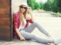 Muchacha bonita del retrato que lleva una camisa y un sombrero rosados del verano Fotos de archivo