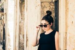 Muchacha bonita del tennage con las gafas de sol Imagen de archivo libre de regalías