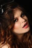 Muchacha bonita del vampiro con un sombrero negro Fotos de archivo