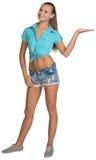 Muchacha bonita derecha en pantalones cortos y la demostración de la camisa Foto de archivo