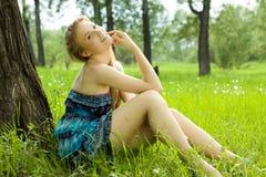 Muchacha bonita en alineada azul en el prado Fotografía de archivo libre de regalías