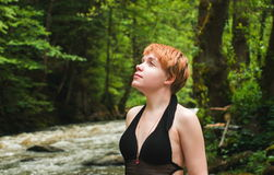 Muchacha bonita en bosque Imagen de archivo