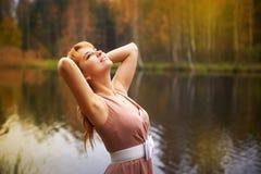 Muchacha bonita en bosque del otoño Fotografía de archivo