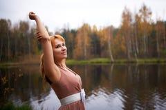 Muchacha bonita en bosque del otoño Imagen de archivo libre de regalías