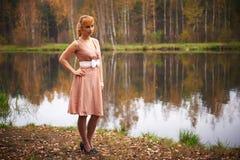 Muchacha bonita en bosque del otoño Foto de archivo libre de regalías