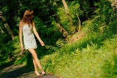 Muchacha bonita en el camino de bosque Fotos de archivo libres de regalías