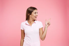 Muchacha bonita en el equipo agradable del deporte que presenta en fondo rosado Fotografía de archivo libre de regalías