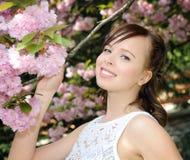 Muchacha bonita en el jardín de la primavera Imagen de archivo libre de regalías