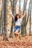 Muchacha bonita en el parque del otoño foto de archivo