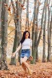 Muchacha bonita en el parque del otoño imagen de archivo libre de regalías