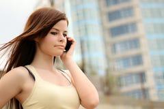 Muchacha bonita en el teléfono celular Imagen de archivo