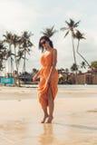 Muchacha bonita en gafas de sol en la playa Fotografía de archivo libre de regalías