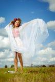 Muchacha bonita en guirnalda de la flor con el baile del mantón encendido Imagen de archivo