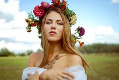 Muchacha bonita en guirnalda de la flor con los hombros desnudos Fotografía de archivo