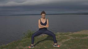 Muchacha bonita en la actitud clásica de la yoga, concentración de la energía almacen de video