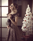 Muchacha bonita en la fiesta de Navidad Imagen de archivo libre de regalías