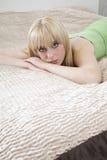 Muchacha bonita en la mentira en cama Fotos de archivo