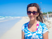 Muchacha bonita en la playa hermosa de Varadero en Cuba Imagenes de archivo